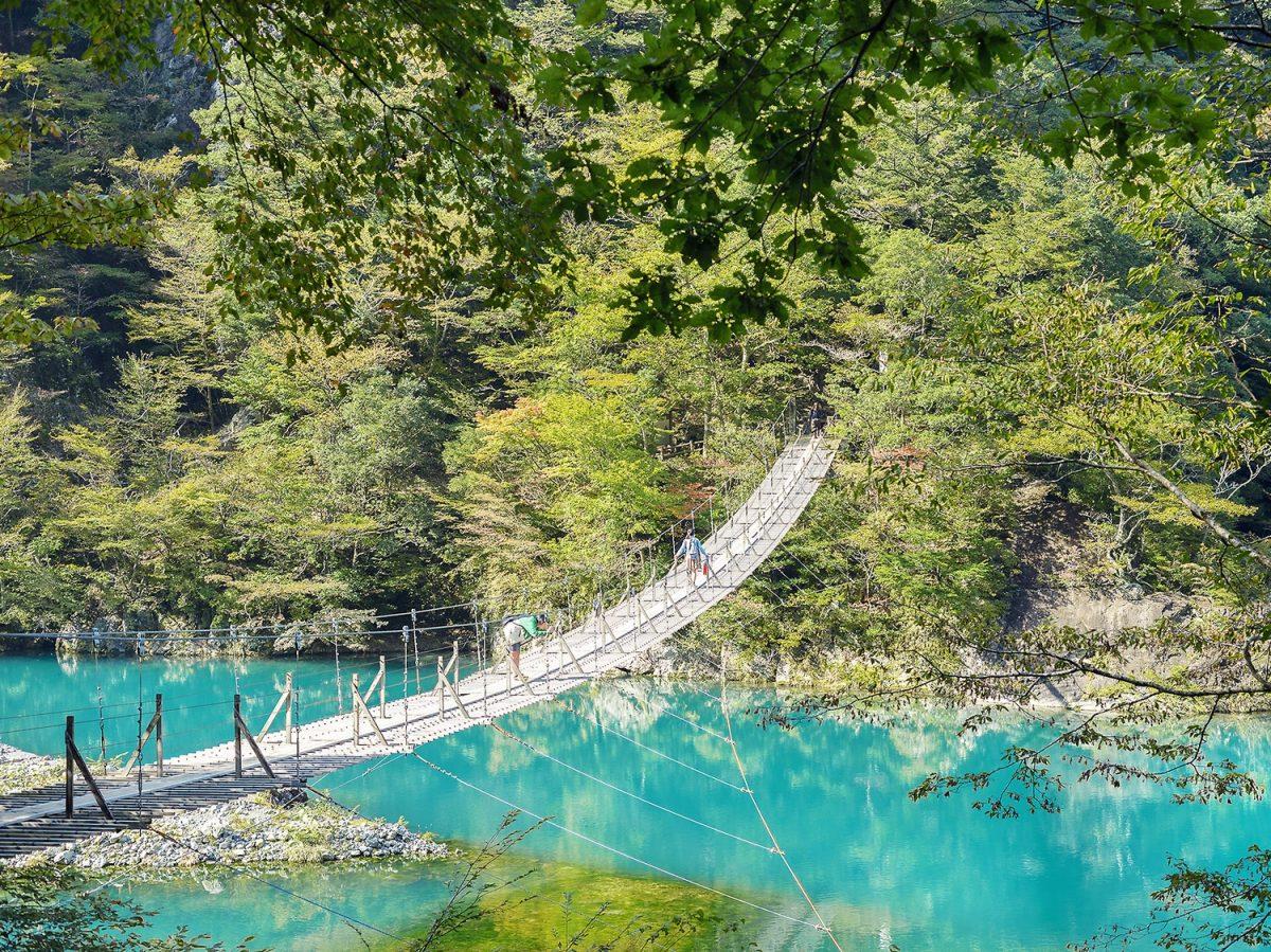恋のパワースポット!寸又峡「夢の吊り橋」 ターコイズブルーの湖面に架かる感動の絶景