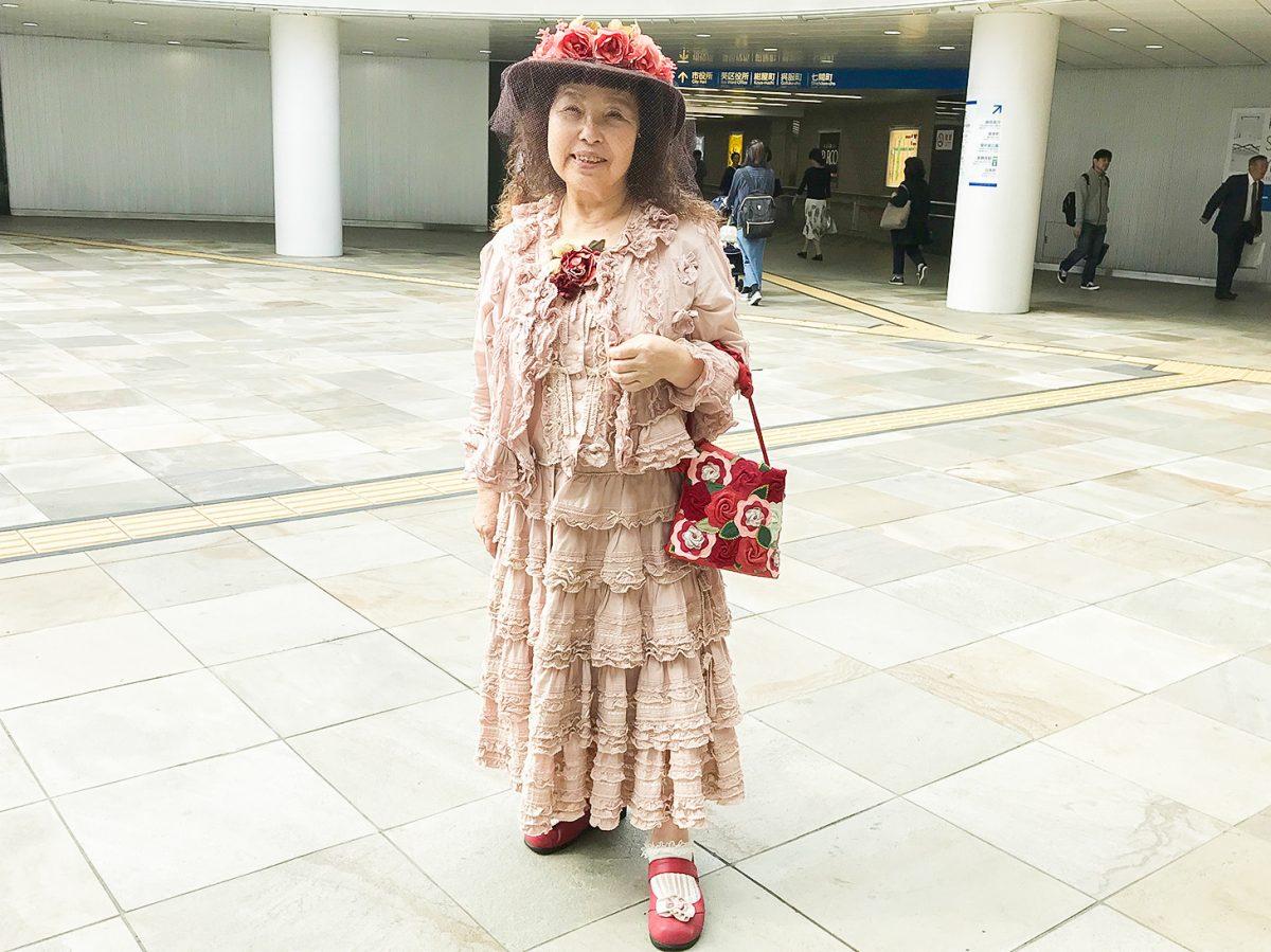 静岡駅の地下道に現れる「フリルのご婦人」 フリフリでキュートな装いの素顔に迫る!