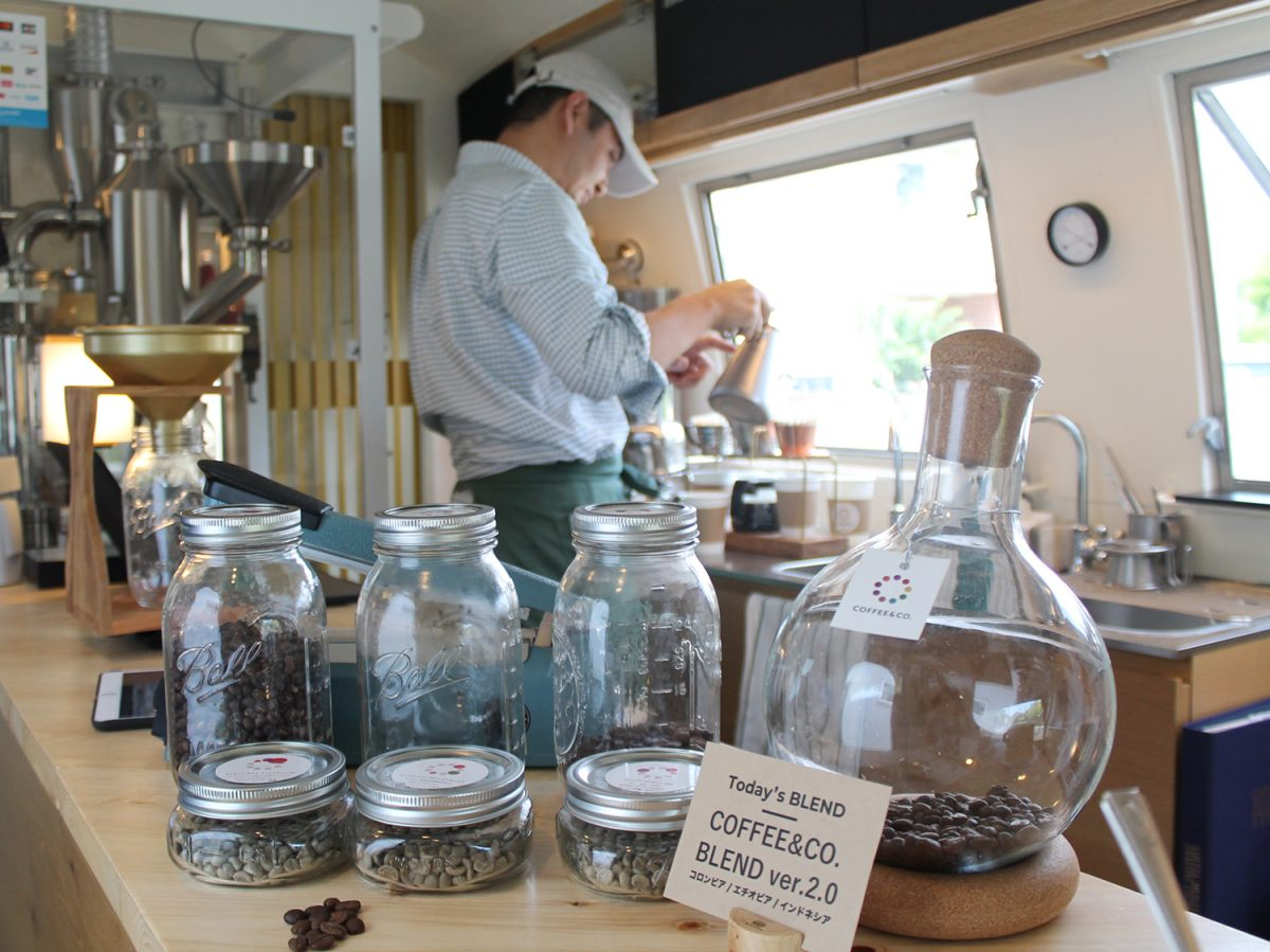 焙煎ラボ「COFFEE&CO. ROASTING LAB」 ヴィンテージトレーラーの中はコーヒー研究所